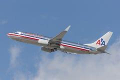 L'avion d'American Airlines Boeing 737 décolle de l'aéroport international de Los Angeles Image libre de droits