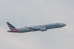 L'avion d'American Airlines décolle Photographie stock libre de droits