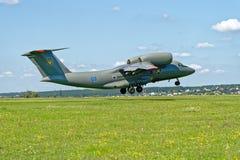 L'avion d'Antonov An-72 décolle de la piste Photographie stock