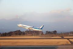 L'avion d'avion à réaction décolle tandis que le volcan fait éruption Image stock