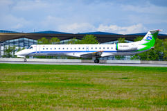 L'avion d'Embraer 145 d'entreprise d'air d'état de Komiaviatrans débarque dans l'aéroport international de Pulkovo à St Petersbur Photographie stock libre de droits