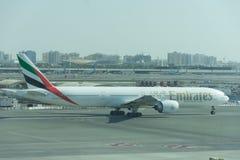 L'avion d'Emirates Airlines décolle dans le ciel bleu de l'aéroport de Dubai International images stock