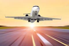 L'avion dans le mouvement enlèvent l'aéroport du soleil de lever de soleil de coucher du soleil de ciel de soirée Photos libres de droits