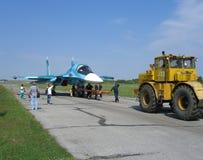 L'avion de combat militaire russe puissant de jet sur la piste du tracteur SU-34 porte le moteur photo libre de droits