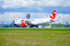 L'avion de CSA Czech Airlines Airbus A319 monte sur la piste après le débarquement dans l'aéroport international de Pulkovo à St  Image libre de droits