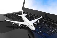 L'avion de Jet Passenger blanc au-dessus de l'ordinateur portable moderne Keybo Image stock