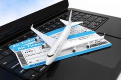 L'avion de Jet Passenger blanc avec le billet de carte d'embarquement de ligne aérienne Photographie stock
