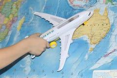 L'avion de jouet vole par la carte géographique image libre de droits