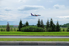 l'avion de l'azur d'air de ligne aérienne débarque dans l'aéroport de Pulkovo Photos stock