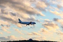 L'avion de la société de ligne aérienne Russie sur le vol au Photo stock