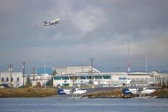 L'avion de ligne de Star Alliance décolle de l'aéroport de Vancouver Images libres de droits