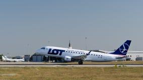 L'avion de ligne des lignes aériennes polonaises DIVISENT EN LOTS l'atterrissage à l'aéroport international de Kharkiv photo libre de droits