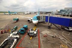 L'avion de ligne irréelle a stationné à l'aéroport. Photo libre de droits