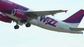 L'avion de ligne de passager décolle pour aérer de la voie d'aéroport banque de vidéos
