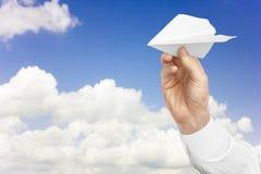 L'avion de livre blanc équipe dedans la main Images libres de droits
