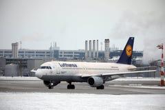 L'avion de Lufthansa Airbus A320-200 Deggendorf a débarqué dans l'aéroport de Munich en hiver Image stock