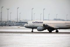 L'avion de Lufthansa a débarqué dans l'aéroport de Munich en hiver Images stock