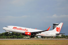 L'avion de Malindo décolle à l'aéroport de Kota Kinabalu International Image stock