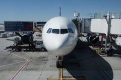 L'avion de passager de Delta Airlines est chargé avec la cargaison Photo stock