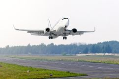 L'avion de passager enlèvent l'aéroport de piste Photo libre de droits