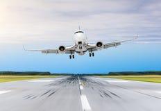 L'avion de passager a incliné d'un atterrissage de vent violent sur un aéroport de piste Photo stock
