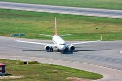 L'avion de passagers allume la piste de roulement Photos stock