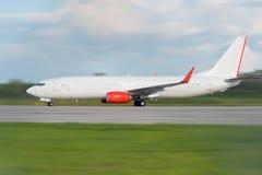 L'avion de passagers blanc débarque à partir de l'aéroport/du passeng blanc Photos stock