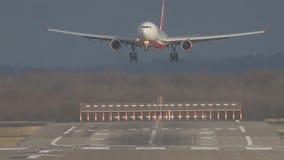 L'avion de passagers débarque lentement sur une piste d'atterrissage à l'aéroport banque de vidéos