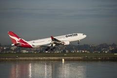 L'avion de passagers de QANTAS Airbus décolle de l'aéroport de Kingston_Smith, Sydney Photos stock