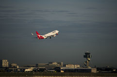 L'avion de passagers de QANTAS part aéroport de Kingston_Smith, Sydney Image libre de droits