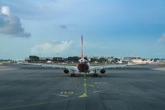 L'avion de passagers préparent à la piste d'aéroport dans le beau twili Image libre de droits