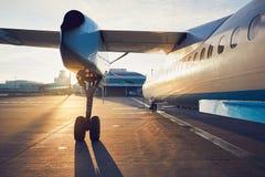 L'avion de propulseur avant décollent Photos libres de droits
