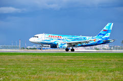 L'avion de Rossiya Airbus A319 avec la livrée de FC Zenit débarque dans l'aéroport international de Pulkovo à St Petersburg, Russ Photos stock