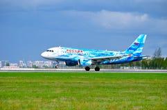 L'avion de Rossiya Airbus A319 avec la livrée de FC Zenit débarque dans l'aéroport international de Pulkovo à St Petersburg, Russ Photos libres de droits