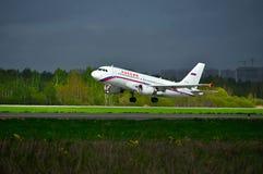 L'avion de Rossiya Airbus A319 est prêt pour décoller de la piste de l'aéroport international de Pulkovo à St Petersburg, Russie Image libre de droits