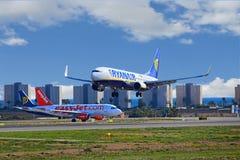 L'avion de Ryanair rencontre l'avion d'EasyJet Photos stock