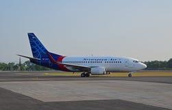 L'avion de Sriwijaya Air est vu passer la piste d'aéroport en Indonésie Photographie stock