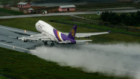L'avion de Thai Airways, Boeing 747-400, décollent à l'air de phuket Image libre de droits