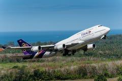 L'avion de Thai Airways décollent à l'aéroport de phuket Images stock