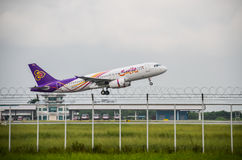 L'avion de Thai Airways décollent Image stock