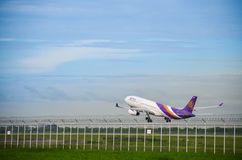 L'avion de Thai Airways décollent Photo stock