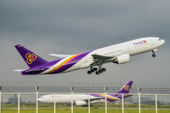 L'avion de Thai Airways décollent Photographie stock
