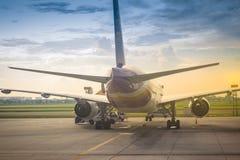 L'avion de Thai Airways se gare sur la piste avant le décollage à l'aéroport international de Suvarnabhumi Image libre de droits