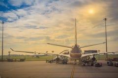 L'avion de Thai Airways se gare sur la piste avant le décollage à l'aéroport international de Suvarnabhumi Photos stock