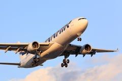 L'avion de transport de passagers arrive en Chicago Photo stock