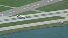L'avion de turbopropulseur décolle banque de vidéos