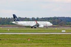 L'avion de Turkish Airlines avant décollent, aéroport Stuttgart, Allemagne Images libres de droits