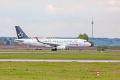 L'avion de Turkish Airlines avant décollent, aéroport Stuttgart, Allemagne Photographie stock