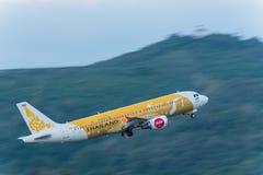 L'avion de voies aériennes d'Air Asia décollent à phuket Photographie stock libre de droits