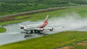 L'avion de voies aériennes de Rossiya, Boeing 747-400, décollent à phuket a Photos stock